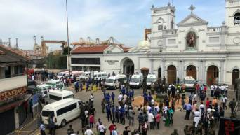 Sri-Lankan-military-officials-stand-guard-in-front-of-the-St.-Anthonys-Shrine-Kochchikade-church-after-an-explosion-in-Colombo-Sri-Lanka-April-21-2019.-REUTERSDinuka-Liyanawatte-1-770x435